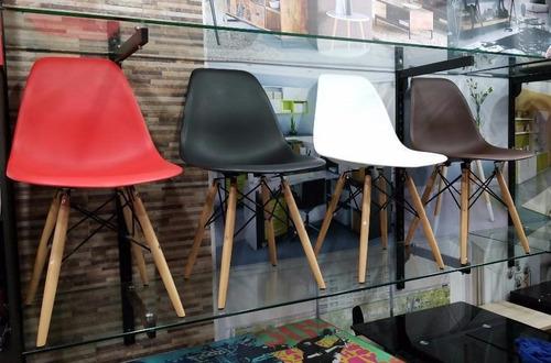 Silla Eames En Plástico Y Patas En Madera. Color Blanco